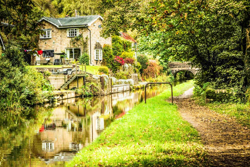 Beautiful Fall colors on the Peaks Canal, Cheshire Ring Canals, Cheshire, UK