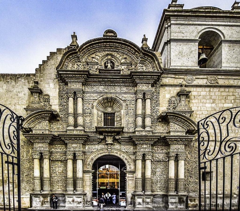 Arequipa School of Architecture: elaborate white portal on of the church Iglesia de la Compañía, Arequipa, Peru