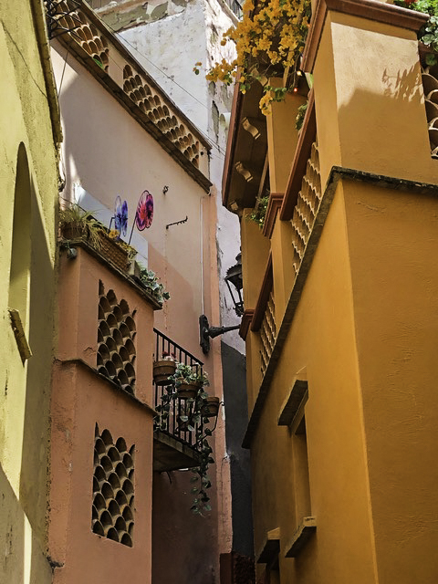 "Callejón del Beso reenacted at the ""kissing alley"", Guanajuato, Mexico"