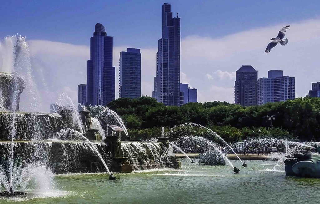 Chicago skyline at Grant Park fountain, Chicago, Illinois